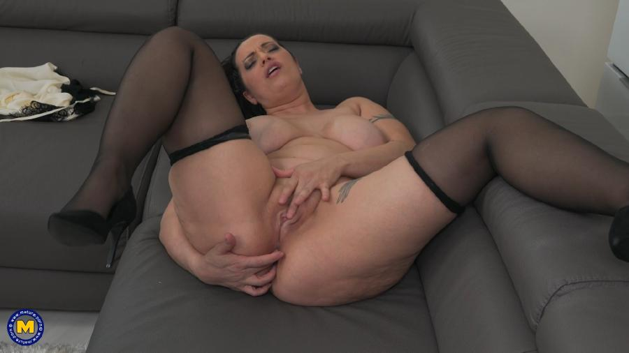 Giovanna (40) - Hot big breasted mom Giovanna loves to take selfies on her phone [1080p]